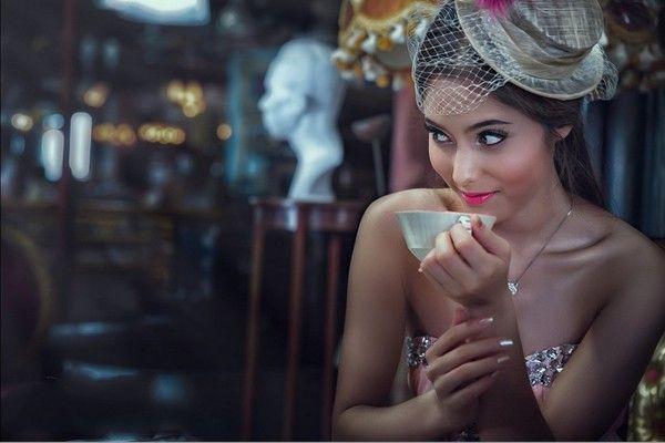 Jolie fille au regard coquin buvant un café : fond d'écran
